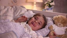 La niña ríe antes de sueño metrajes