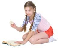 La niña rasga las paginaciones del libro foto de archivo libre de regalías