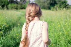 La niña recorre en el campo Foto de archivo libre de regalías