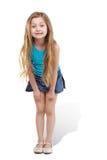 La niña se coloca levemente de doblez adelante Imagenes de archivo