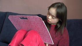 La niña se divierte almacen de metraje de vídeo