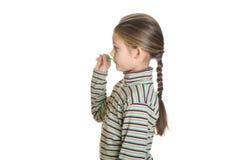 La niña se está preparando para lanzar un dardo Imagen de archivo libre de regalías