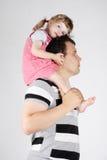 La niña se sienta en hombros de su padre Foto de archivo libre de regalías
