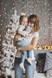 La niña se sienta en los brazos de su madre 7172 Imágenes de archivo libres de regalías
