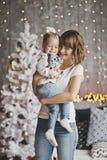 La niña se sienta en los brazos de su madre 7173 Fotografía de archivo