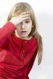 La niña sola lleva a cabo su cabeza Imágenes de archivo libres de regalías