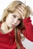 La niña sola lleva a cabo su cabeza Imagen de archivo