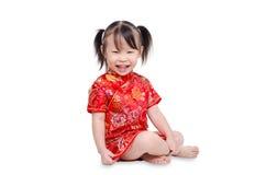 La niña sonríe sobre el fondo blanco Imagen de archivo