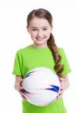 La niña sonriente sostiene la bola en sus manos. Imágenes de archivo libres de regalías