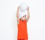 La niña sostiene su bola en su cabeza imagen de archivo libre de regalías