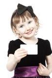 La niña sostiene una tarjeta pura Fotografía de archivo libre de regalías