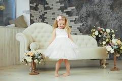 La niña spining en el vestido de lujo blanco imagen de archivo
