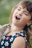 La niña tenía miedo del erizo espinoso gris imagenes de archivo