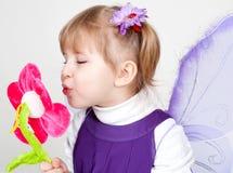La niña tiene gusto de la mariposa violeta Fotografía de archivo