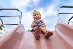 La niña va para una impulsión en el children& x27; colina de s Foto de archivo libre de regalías