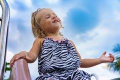 La niña va para una impulsión en el children& x27; colina de s Foto de archivo