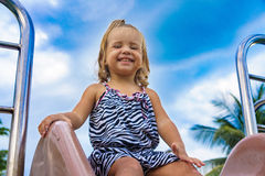 La niña va para una impulsión en el children& x27; colina de s Imagen de archivo libre de regalías