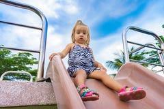 La niña va para una impulsión en el children& x27; colina de s Fotos de archivo
