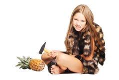 La niña vestida en pieles tiene gusto del hombre prehistórico Imagen de archivo libre de regalías