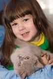 La niña y el gato Imagen de archivo
