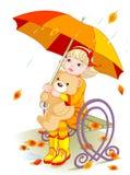 La niña y el peluche llevan bajo la lluvia Foto de archivo libre de regalías