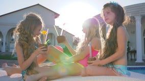 La niñez feliz de niños ricos, cumpleaños de hermanas de ricos parents cerca de la piscina, compañía de amigos felices almacen de metraje de vídeo