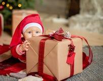 La ni?a debajo del ?rbol de navidad foto de archivo libre de regalías