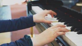 La ni?a est? jugando el piano