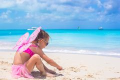La niña adorable con las alas le gusta la mariposa encendido Fotografía de archivo