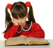 La niña antes del libro científico grande Imágenes de archivo libres de regalías