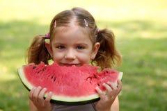 La niña come la sandía Foto de archivo libre de regalías