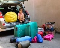 La niña con los corazones viste cargas el coche de equipaje Imágenes de archivo libres de regalías