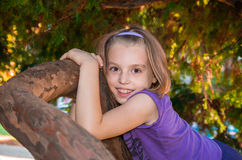 La niña mira con los ojos grandes Foto de archivo