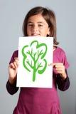 La niña muestra el árbol Imagen de archivo libre de regalías