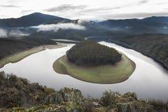 La niebla de la mañana en el meandro del río de Alagon llamó el Melero, España Imágenes de archivo libres de regalías