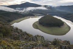 La niebla de la mañana en el meandro del río de Alagon llamó el Melero, España Foto de archivo libre de regalías
