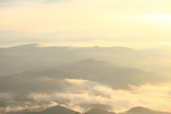 La niebla de la mañana se está moviendo a lo largo de los vientos Fotos de archivo