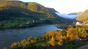 La niebla, el puente y el lago verdad una salida del sol Foto de archivo libre de regalías