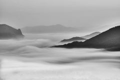 La niebla en el valle le gusta una pintura china Foto de archivo