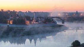 La niebla remolina sobre el río Volga en Staritsa metrajes