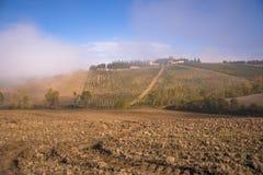 La niebla se mueve lejos a través de los viñedos apenas al sur de Florencia Foto de archivo libre de regalías