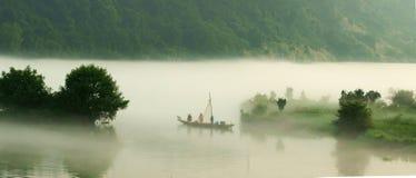 La niebla sobre el lago lúcido Foto de archivo