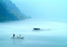 La niebla sobre el lago lúcido imagen de archivo libre de regalías