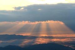 La niebla sobre la montaña durante el valle de la montaña de la salida del sol, de la niebla y de la nube ajardina Foto de archivo libre de regalías