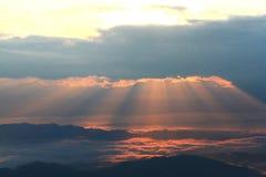 La niebla sobre la montaña durante el valle de la montaña de la salida del sol, de la niebla y de la nube ajardina Imágenes de archivo libres de regalías