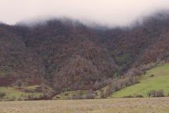 La niebla sube abajo las montañas Enero en Azerbaijan Fotografía de archivo