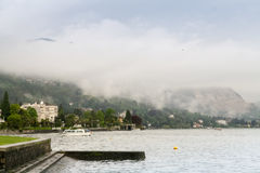 La niebla viene abajo de las montañas Foto de archivo