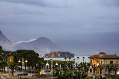 La niebla viene abajo de las montañas Imágenes de archivo libres de regalías