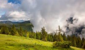 La niebla y las nubes majestuosas en el valle de la montaña ajardinan Foto de archivo libre de regalías