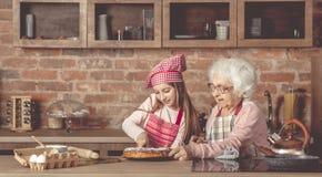 La nieta cortó la empanada hecha en casa Fotografía de archivo libre de regalías